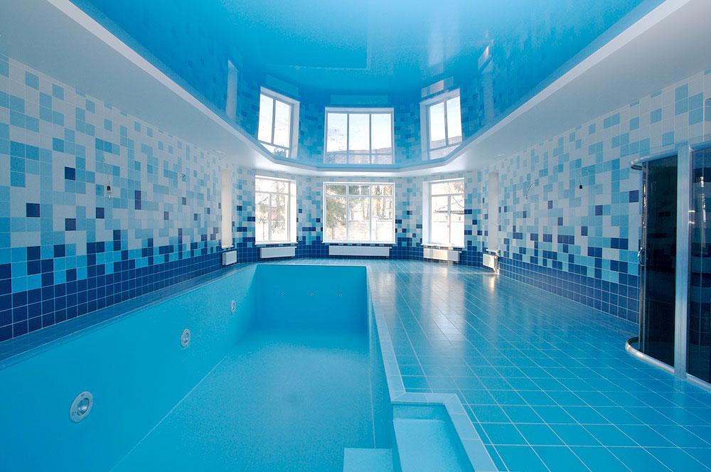 Двухуровневый натяжной потолок в бассейн