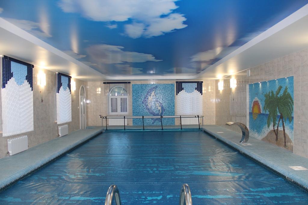 Натяжной потолок с фотопечатью в бассейн