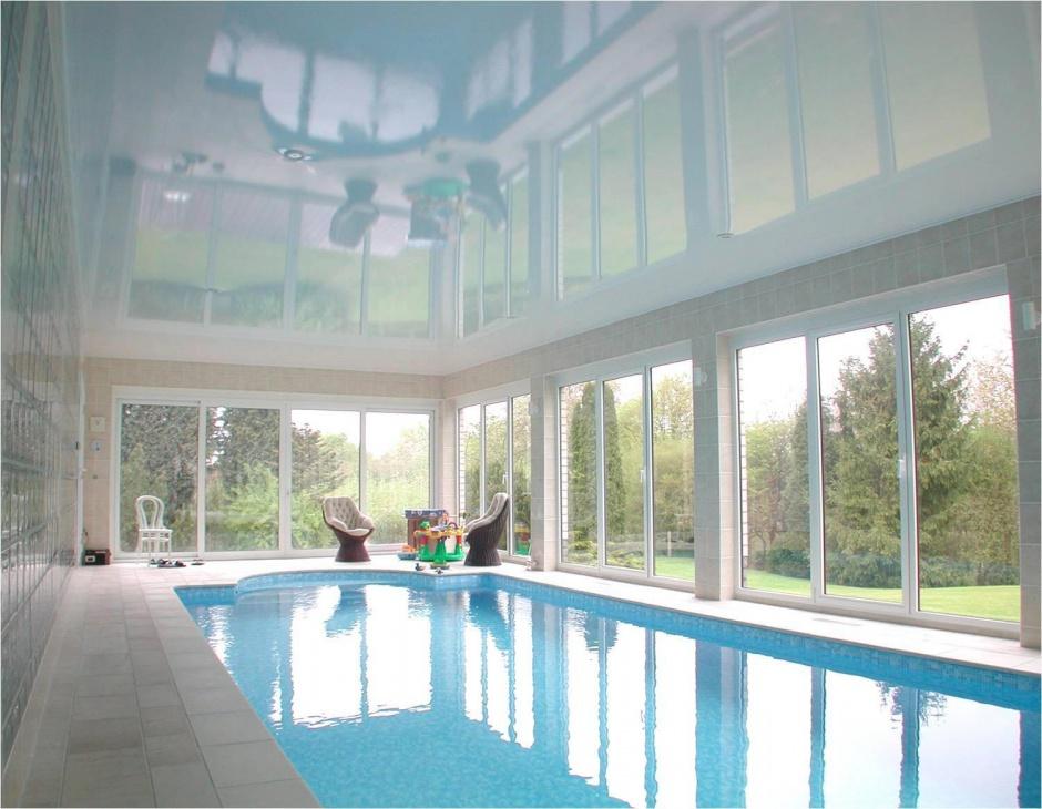 Глянцевый белый натяжной потолок в бассейн