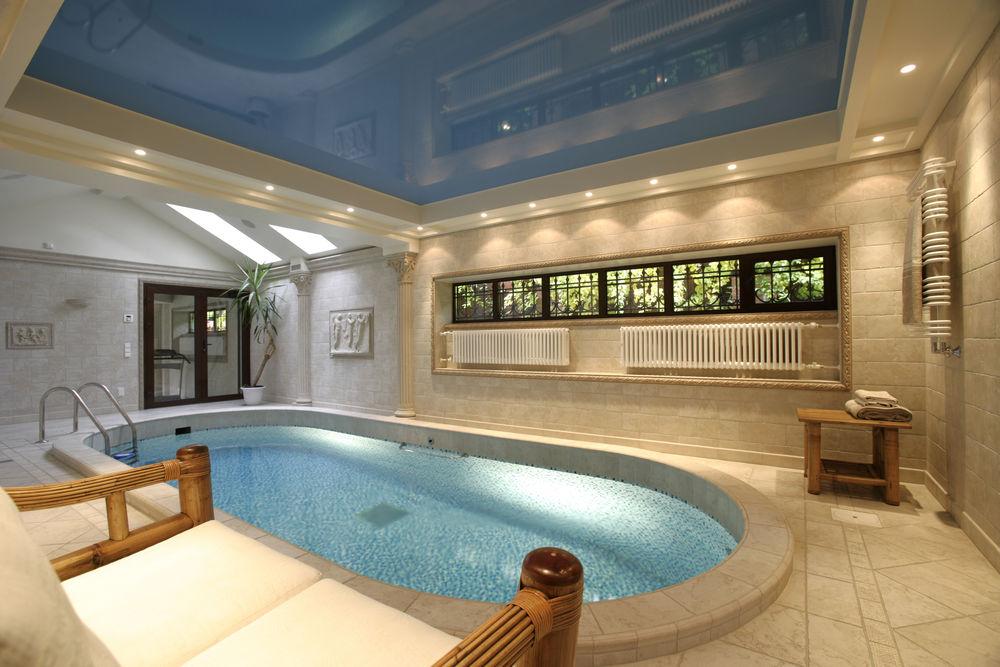 Натяжной потолок в бассейн